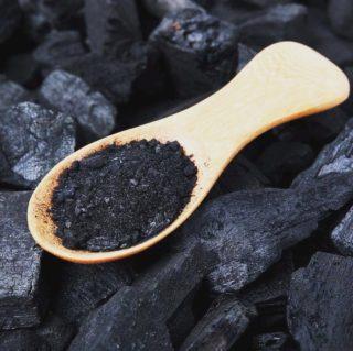 Le charbon végétal est un détoxifiant miracle. Le plus puissant provient de la combustion des coques de noix de coco, très efficace pour les troubles digestifs et intestinaux. ➡️lien dans la bio. . . . #wearegreenfr #charbonvegetal #digestion #detox #ballonnement #reflux #beauty #healthy