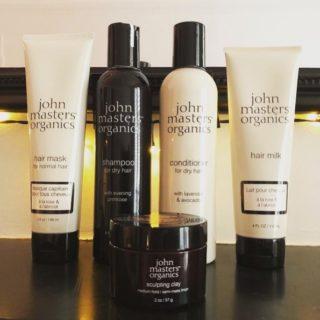 Nouveau Green Test, cette semaine pour le numéro 4, j'ai testé des produits offerts par @johnmastersorganicsfrance Reconnue dans le monde entier, John Masters Organics est une marque de soins de luxe pour les cheveux, le visage et le corps. Créée en 1994 par John Masters, coiffeur visagiste à New York, tous les produits sont élaborés à partir d'ingrédients naturels et biologiques. Lien dans la bio. . . . #wearegreenfr #jonhmastersorganics #cheveux #haircare #shampoo #beauty