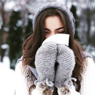 🤧Avec l'arrivée de l'automne, le rhume est de retour ! Nez bouché, éternuements, écoulements… Les symptômes du rhume sont gênants, mais sans gravité. Un rhume part naturellement au bout de 3 à 7 jours. Voici quelques conseils pour essayer d'accélérer le processus de guérison. Lien dans la bio. . . . #wearegreenfr #rhume #flu #sante #beaute #citron #thym #lemon #thyme