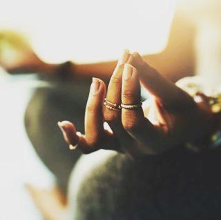 La méditation de pleine conscience, suscite l'intérêt des neuroscientifiques et psychologues. Elle favorise un état mental qui permet de réduire le stress et la dépression. Seulement 10 minutes par jour suffisent pour ressentir les bienfaits au bout de quelques semaines. Alors avancez votre réveil et commencez votre journée plus sereinement. Lien dans la bio. . . . #wearegreenfr #meditation #mindfulness #healthy #beauty #onsedetend