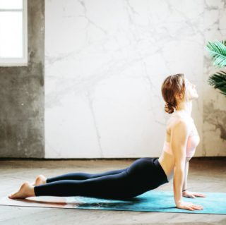 🧘🏼♀️ La Salutation au Soleil est un enchaînement de mouvements de yoga, synchronisés avec la respiration, permettant de vous tonifier en douceur. C'est un exercice complet qui peut être utilisé en échauffement avant une activité physique ou une séance de yoga, ou bien pratiquée seule en 3 à 10 minutes seulement. ➡️lien dans la bio. . . . #wearegreenfr #yoga #salutationausoleil #onsedetend #stress #sante #healthy