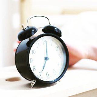 🛏 Se lever tôt pour commencer la journée sur de bonnes bases, on en parle beaucoup et les personnes qui l'essaient sont de plus en plus nombreuses. Alors qu'a priori cela peut paraître complètement insensé pour certains, se réveiller plus tôt nous permet généralement de mieux profiter du temps que nous avons dans une journée. Concrètement, ça nous apporte quoi ? Pour vous aider à y voir clair, voici les 6 bienfaits principaux. Lien dans la bio. . . . #wearegreenfr #sleeping #selevertot #miraclemorning #wakeup #healthy #beauty #matin #routinematinale