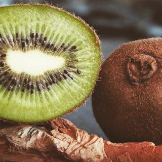 🥝 Chaque mois, nous vous proposons une liste des fruits et légumes de saison, pour retrouver le goût des choses tout en respectant le rythme de la nature. Voici le panier du mois de novembre et des idées de recettes. Lien dans la bio . . . #wearegreenfr #biolocal #saison #5fruitsetlegumesparjour #healthy #recipes #beauty