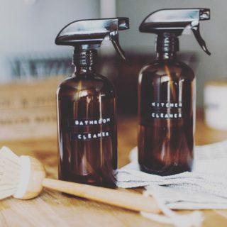 """Agents blanchissants, parfums de synthèse, parabens, conservateurs… les produits ménagers grouillent de substances chimiques toxiques. Une étude a passé au crible les dangers de ces produits """"purifiants"""" qui nuisent gravement à notre santé. Place au ménage écologique à la maison. Lien dans la bio. . . . #wearegreenfr #menagedeprintemps #naturel #healthy #naturalhouse #springishere"""