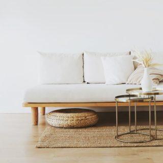 Le minimalisme, c'est quoi ? Appelé également décroissance ou simplicité volontaire, c'est le désir de vivre mieux avec moins, tout en limitant notre impact sur la planète. C'est une philosophie de vie qui va à contre courant de notre société consumériste et la période d'hyperconnexion que nous vivons actuellement. S'alléger nous permet d'avoir plus de temps, d'être disponible pour les choses essentielles dont nous nous sommes éloignées. Acheter ne nous rend pas plus heureux, less is more ! Lien dans la bio. . . . #wearegreenfr #minimalism #simple #lessismore #home #beauty #healthy