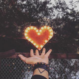 ❤️ La méthode de la cohérence cardiaque permet de lutter très efficacement contre les effets psychosomatiques du stress, procure une meilleure régulation émotionnelle et renforce le système immunitaire. Elle nous apprend à contrôler notre respiration afin de réguler notre stress et notre anxiété. Cette technique simple permettrait même de réduire aussi la dépression et la tension artérielle. ➡️lien dans la bio. . . . #wearegreenfr #coherencecardiaque #stress #detente #respirer #calme