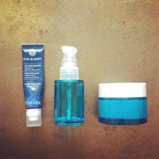 Routine visage petits prix - Le soin regard @yvesrocherfr - Le sérum concentré d'acide hyaluronique @aromazone_officiel - La crème désaltérante @aromazone_officiel . . . #wearegreenfr #beauty #bio #minimalism #aromazone #yvesrocher #blue