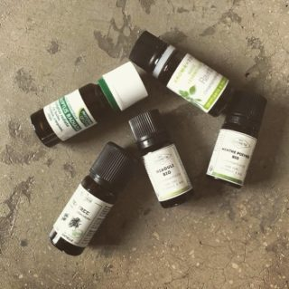 Les huiles essentielles possèdent de nombreux bienfaits, elles sont devenues des indispensables de la trousse de secours. Idéales pour tous les bobos du quotidien, elles aident à prévenir les infections respiratoires, calmer un mental trop agité, soulager les bleus, apaiser les courbatures… leur champ d'action est très varié. Vous pouvez également les utiliser pour la préparation de vos soins maison et vos produits ménagers. ➡️Lien dans la bio. . . . #wearegreenfr #huilesessentielles #essentialoils #beauty #health #greenlife
