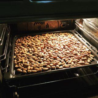 La purée d'amande ou d'oléagineux est super simple à réaliser. Il faut torréfier les amandes 5 à 10 minutes au four à 180 degrés. Laisser refroidir. Puis les passer au mixeur pendant 5 à 10 minutes. Il faut que le bol du mixeur soit à fond plat et avec une lame en S. Ça ne fonctionne pas avec un blender. La purée se conserve plusieurs mois dans votre placard. Vous pouvez en faire avec des noisettes, des noix de cajou, des cacahuètes... Et voilà. Bon appétit 😋. #wearegreenfr #pureeamandes #kenwoodchef #oleagineux #oncuisine #homemade